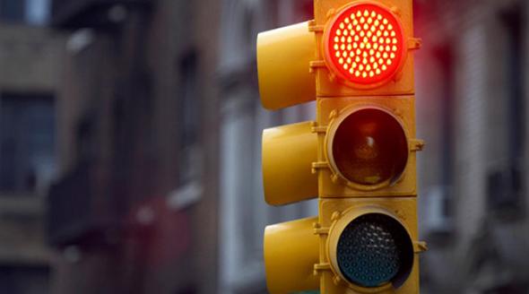 No respetar la luz roja del semáforo
